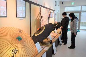 一新された美馬和傘の常設展示=美馬市美馬町の道の駅「みまの里」
