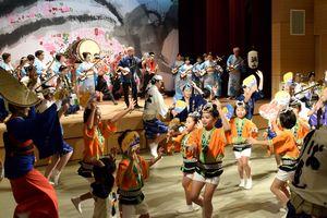 三味線、和太鼓と阿波踊りが一体となって盛り上がったステージ=美波町コミュニティホール
