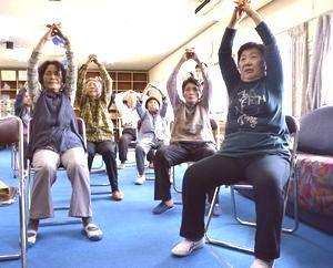 いきいきサロンで体操を行う参加者=鳴門市撫養町の渦潮ふれあい館