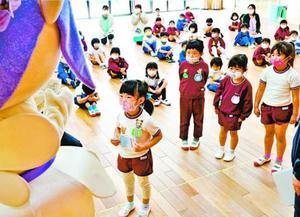「ふじっこちゃん」からマスクを受け取る子ども=石井町の石井幼稚園