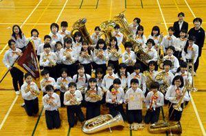 全日本選手権で初めての1位に輝いた佐古小金管バンド部=徳島市の同小体育館