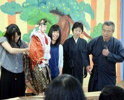 勘緑さん(右端)から木偶の操り方を教わる参加者=阿南市見能林町築溜の藤井病院