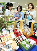 中元の品定めをする買い物客=徳島市のそごう徳島店