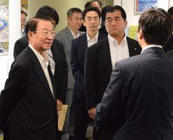 鳴門教育大が進める消費者教育推進プロジェクトについて説明を受ける江崎担当相(左端)=鳴門市