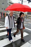 同行援護のサービスを利用し外出する池田さん(左)=鳴門市撫養町南浜