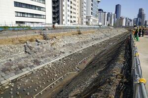 「高輪築堤」の信号機跡(左)=4月9日、東京都港区