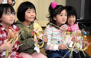 手作りしたしめ縄を手にする子ども=石井町高原の高原分館