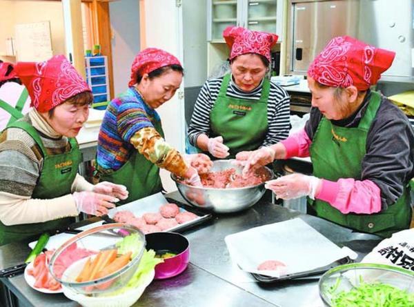 「村ランチ」で提供する献立を試作する村婦人会のメンバー=佐那河内村上の「新家」