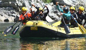 新たに加入した谷さん(右から2番目)と共にボートをこぐメンバーたち=三好市山城町の吉野川