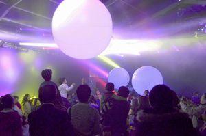 音楽に合わせて光るボールに触れる参加者=徳島市の沖洲マリンターミナル屋外イベントスペース