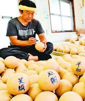 新型コロナウイルス収束の願いを花火玉に込める職人=小松島市立江町の市山煙火商会
