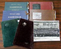 辻高校に残されている卒業アルバムや卒業生から借り受けた写真。欠落分の提供を呼び掛けている