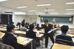 受験生に問題が配られる試験会場=午前9時半ごろ、徳島大常三島キャンパス