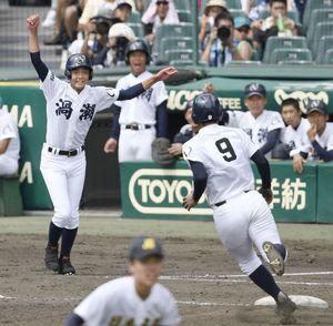 日本文理戦の4回、走者の奥選手(9)に向かって大きく腕を回す鳴門渦潮の三塁コーチ・竹内選手=甲子園球場