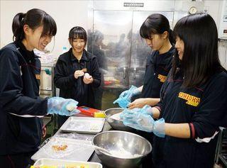 富岡西高 甲子園初出場記念(上)女子マネジャー8人 笑顔絶やさず貢献