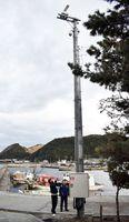 電柱の上部に設置されたレーダーとカメラ=鳴門市北灘町