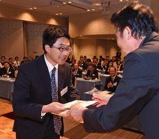 とくしま創生アワードでグランプリを受賞した竹澤さん(左)=徳島市の阿波観光ホテル