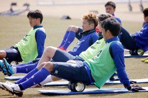 リラックスした表情で、ストレッチなどを行う選手たち=徳島スポーツビレッジ