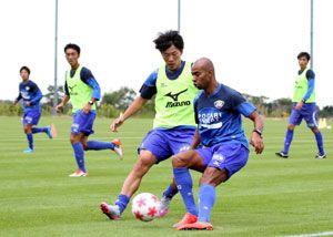 天皇杯3回戦に向けて調整する徳島ヴォルティスの選手=徳島スポーツビレッジ