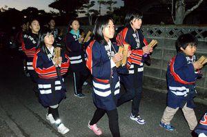 火の用心を呼び掛ける子どもたち=徳島市名東町3