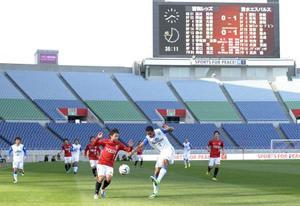 サポーターが差別的な横断幕を掲げた問題で、Jリーグ史上初めて無観客で行われたJ1浦和―清水戦=2014年3月、埼玉スタジアム