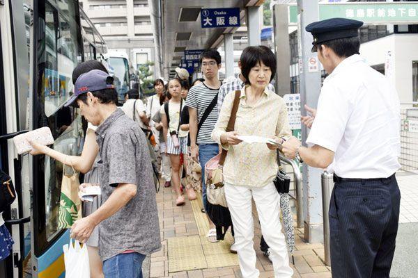 高速バスに乗り込む帰省客ら=徳島駅前の高速バスターミナル