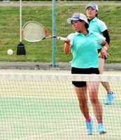 女子決勝 脇町対富岡東、第2ペア戦を4―1で制した太田・新開組=JAバンクテニスプラザ