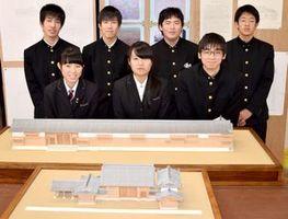 つるぎ高生が再現した稲田家屋敷門(写真手前)と賀島家屋敷門の模型=同校