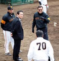 2、3軍の紅白戦を視察に訪れた巨人・原監督(奥右)。奥左は阿部2軍監督=28日、川崎市のジャイアンツ球場