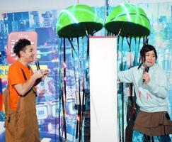 真っ白な垂れ幕に困惑する「チョコレートプラネット」の長田庄平(左)と松尾駿=東京都内