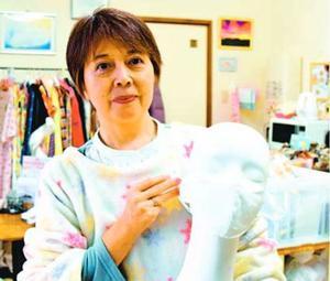 福島さんが考案、販売する立体布マスク=徳島市