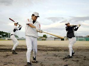 打撃フォームを確認しながら素振りする吉野川の選手