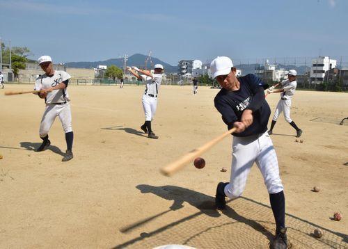 打撃練習に励む第1シードの徳島北の選手=同校グラウンド