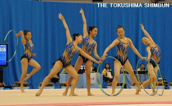 新体操少年女子団体 総合で8位入賞した徳島の演技=鯖江市のサンドーム福井