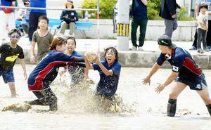 泥まみれになりながらラグビーを楽しむ参加者=美馬市穴吹町穴吹