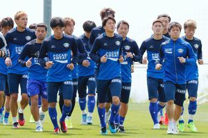 チーム再生への決意を胸に、福岡戦に臨む徳島の選手=徳島スポーツビレッジ