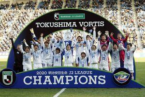 初優勝を決めシャーレを掲げる岩尾主将(中)=福岡市のベスト電器スタジアム