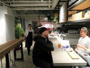 開業1カ月を迎えたターンテーブルのカフェ。クラフトビールや軽食などを楽しめる=東京都渋谷区