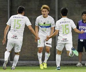 神戸-湘南 前半、ゴールを決め喜ぶ湘南・表原(中央)=ノエスタ