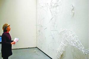 作品に見入る来場者=徳島市の県立近代美術館