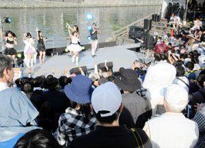 声優らの音楽ライブで盛り上がる観客=徳島市の新町橋東公園