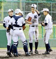 5回裏、ピンチでマウンドに集まる小松島の内野陣=高知球場