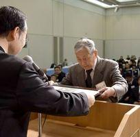 感謝状を受け取る県バドミントン協会の西野会長(右)=徳島市の徳島グランヴィリオホテル