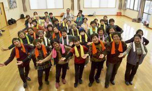 ダンスに汗を流すピンコロ健康教室の参加者=徳島市住吉4の住吉・城東コミュニティセンター