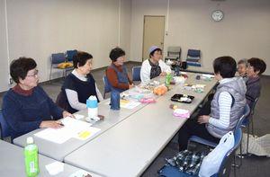 介護の苦労や悩みなどを話し合う会員=那賀町和食郷の鷲敷中央公民館