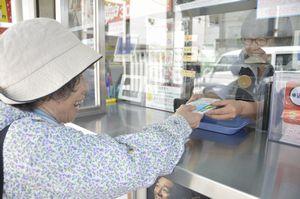 高額当せんを願ってドリームジャンボ宝くじを買い求める客=徳島市東船場町1のみずほ銀行徳島支店