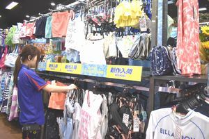 流行のデザインの水着などが並ぶ売り場=藍住町のスーパースポーツゼビオゆめタウン徳島店