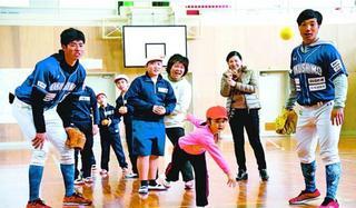 インディゴ選手が「運動教室」 児童らとボール投げなど楽しむ/三好市