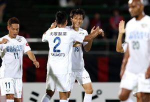 前半17分、先制ゴールを決め喜ぶ徳島の佐藤(左から3人目)=石川県西部緑地公園陸上競技場