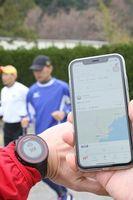 記録の測定や管理に有効な腕時計とスマートフォン。多くのランナーが愛用している=徳島市内